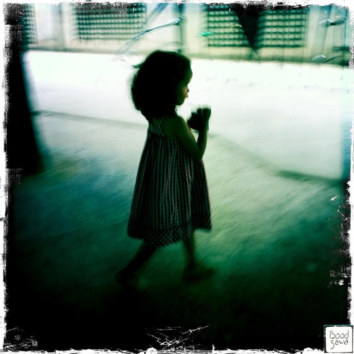 petite-fille-parc-ombre